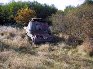 På intilliggande Ravlundafältet står gamla pansarfordon som idag används som övningsobjekt.